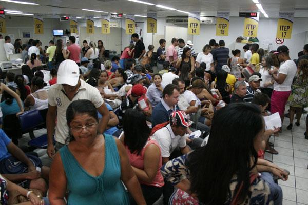 Na Central do Cidadão do Alecrim, usuários enfrentam filas e uma espera por atendimento que pode ultrapassar quatro horas