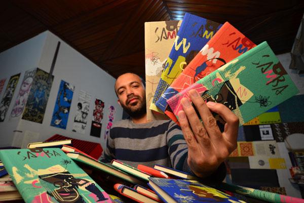 O paranaense Daniel Barbosa trabalha com encadernação desde 2005 e já criou para vários autores