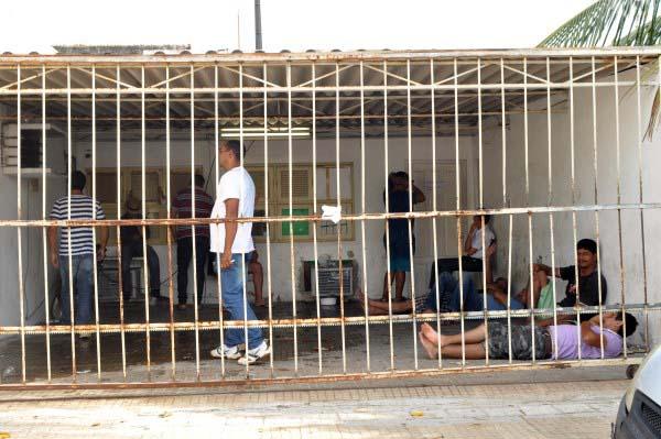 Das mais de 60 pessoas que foram à delegacia após passar por fiscalização do CPRE, cerca de oito ainda estavam detidos por volta das 8h