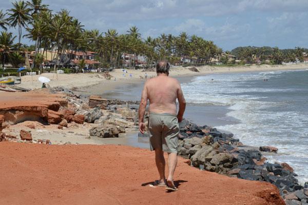 """Na praia de Muriú, é visível o avanço das construções na área conhecida como """"área de marinha"""""""