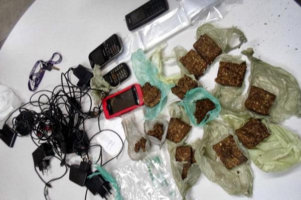 Maconha prensada e aparelhos celulares foram apreendidos com os suspeitos