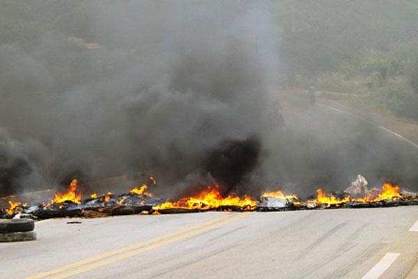 Manifestantes bloquearam a via utilizado galhos e pneus queimados