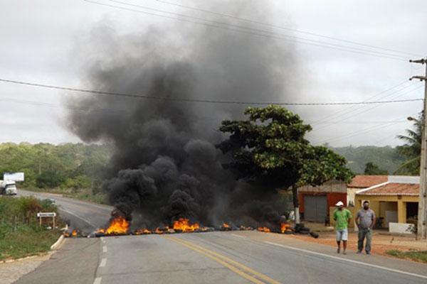 Trecho bloqueado está no perímetro urbano de João Câmara