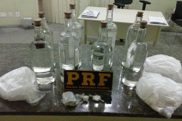 Foram apreendidos lança-perfume, cocaína, maconha e loló, além de frascos para acondicionar a substância
