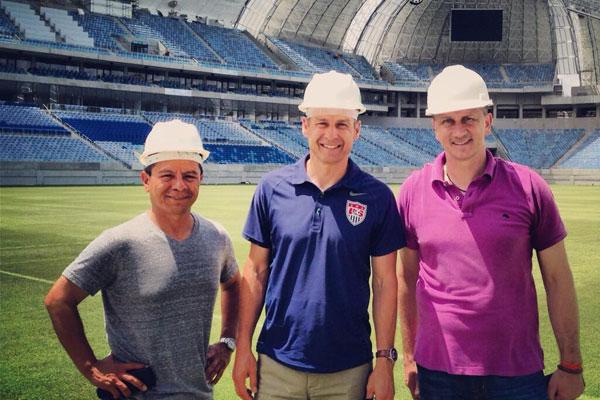 Klinsmann (centro) em visita à Arena das Dunas na manhã de sábado