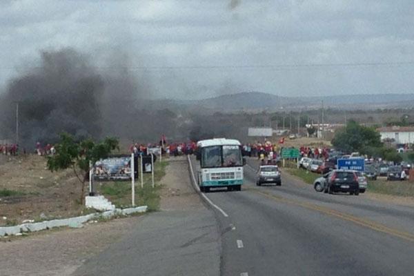 Membros do MST queimaram pneus para evitar o fluxo de carros