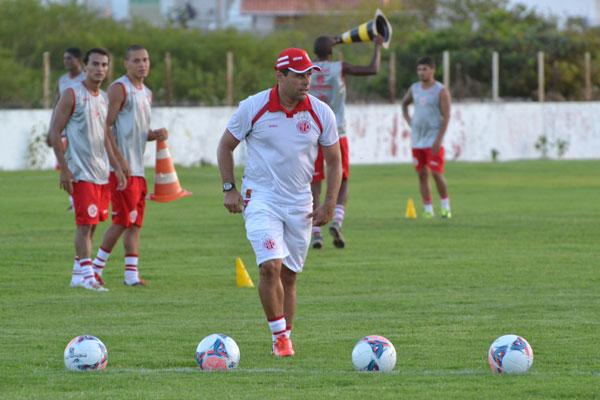 O técnico do América, Leandro Sena, dará nova oportunidade ao jovem Alfredo