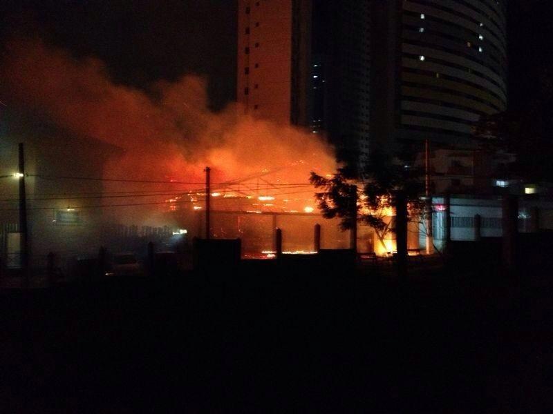 Incêndio começou por volta das 21h e se intensificou rapidamente