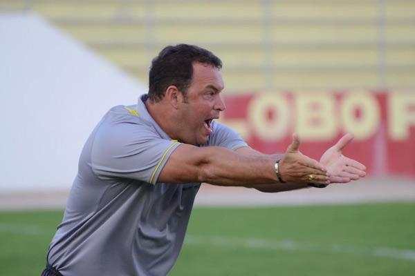 Técnico Roberto Fernandes acredita que o rendimento da equipe deve crescer após a primeira vitória na competição