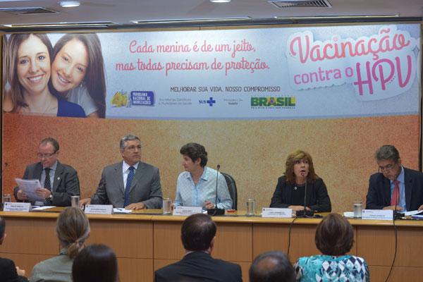 Alexandre Padilha e equipe do Ministério da Saúde anunciam a realização da campanha de vacinação contra o vírus do HPV