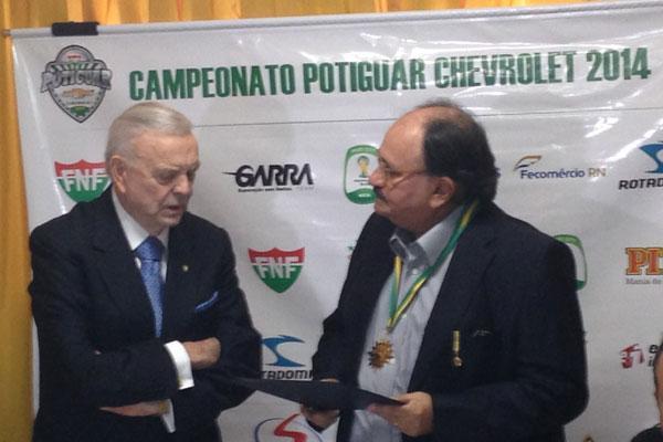 José Maria Marin entrega honraria da CBF a José Vanildo e o nomeia embaixador da Fifa no Estado