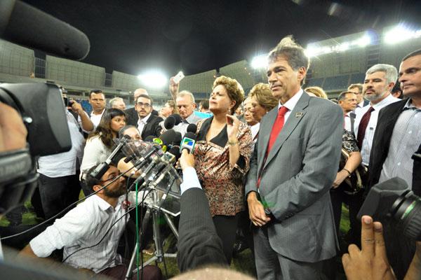 Presidenta reclama de quem aposta no pior, evita assuntos relacionados com a economia e destaca que o novo estádio é tão bonito quanto Natal