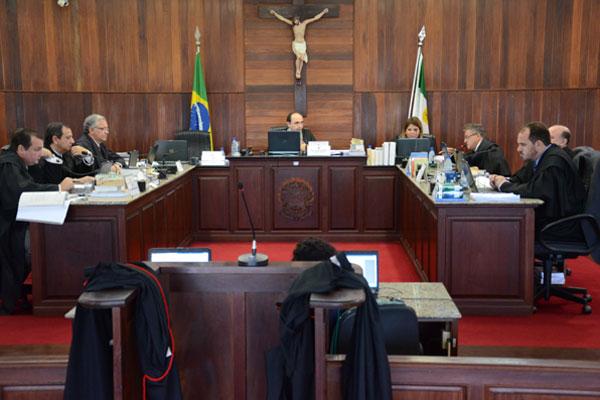 Juízes do Tribunal Regional Eleitoral apreciam processo no plenário
