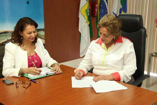Rosalba Ciarlini durante o despacho administrativo com a secretária Betânia Ramalho