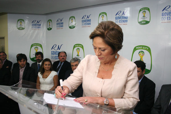 Ao assinar o contrato para a construção da Arena as Dunas, em abril de 2011, a governadora Rosalba Ciarlini tornou irreversível o oprojeto que colocou Natal entre as cidades-sedes dos jogos no Mundial