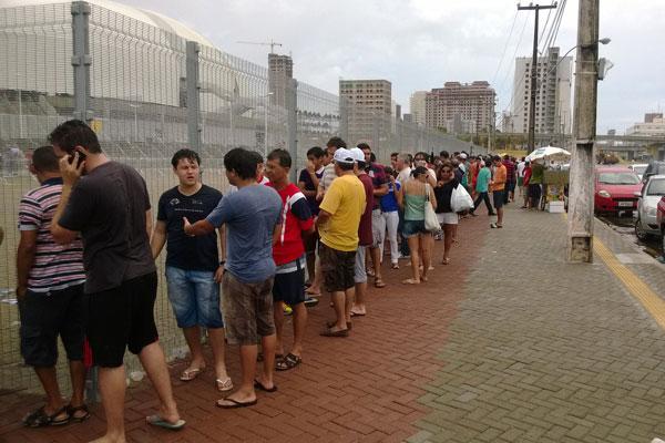 Torcedores enfrentam chuva para trocar ingressos