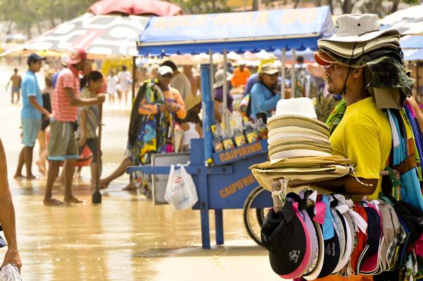 Alguns ambulantes que trabalham nas praias urbanas de Natal até admitem: o preço dos produtos aumenta até 100 por cento durante o verão