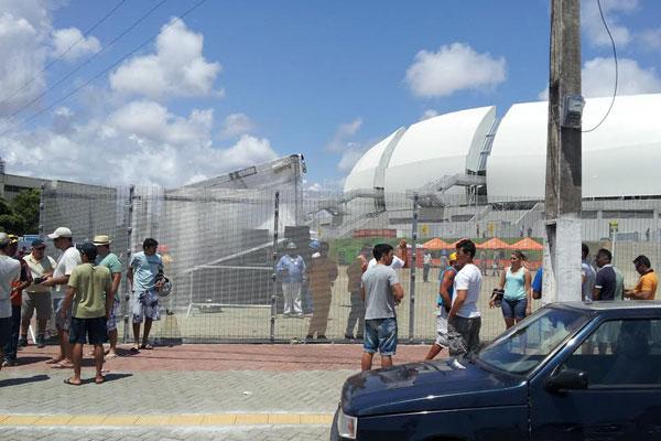 Segundo um segurança do estádio, palco montado no pátio externo foi danificado, assim como alambrado voltado para a BR-101; equipamentos foram substituídos e reparados