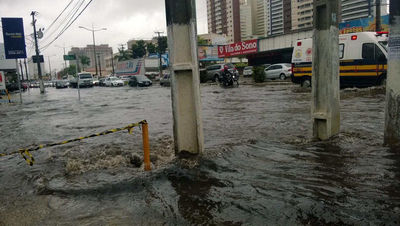 No encontro da avenida Salgado Filho com a rua Professor Almeida Barreto a passagem era difícil para motoristas e pedestres