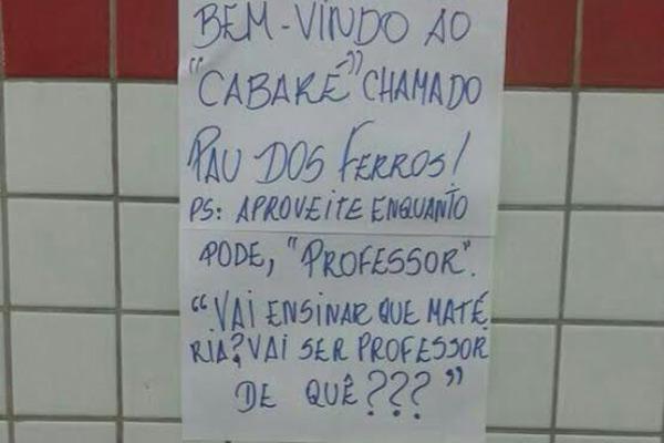 Cartazes foram espalhados pelo IFRN com mensagens ofensivas a professor