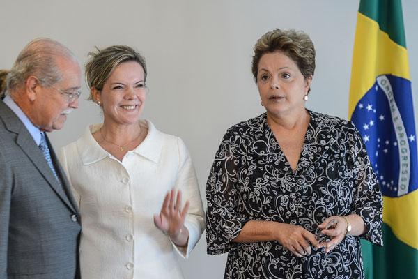 Dilma anuncia medidas e deixa para ministro críticas ao modelo adotado por Fernando Henrique