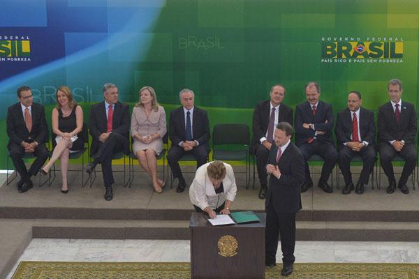 Na solenidade de posse, Dilma enaltece trabalho realizado pelos ministros que estão saindo e pede empenho da nova equipe