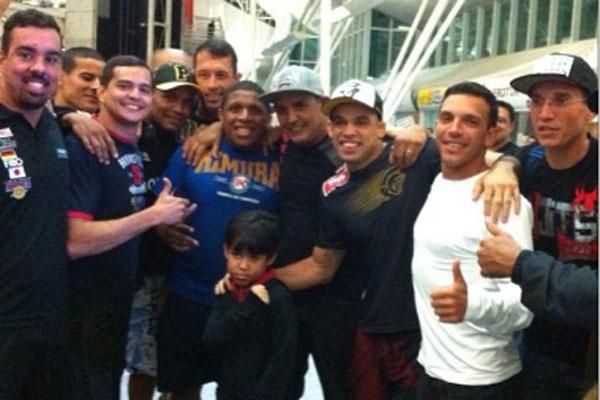 Amigos e familiares foram receber Renan Barão no aeroporto