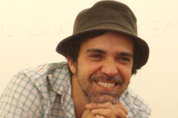 Paulinho Moska se apresenta em formato de voz e violão
