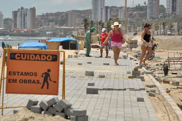 Nas imediações da alça da ponte Newton Navarro a quantidade de material de construção e entulho às margens do equipamento compromete o tráfego de pedestres e de veículos que transitam no local