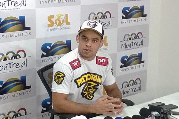 Renan Barão afirma que não é porque é campeão do UFC que vai mudar seu gosto musical nem esquecer suas origens