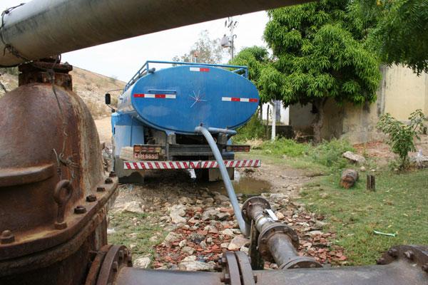 Carros-pipa abastecem cidades sem água nas torneiras