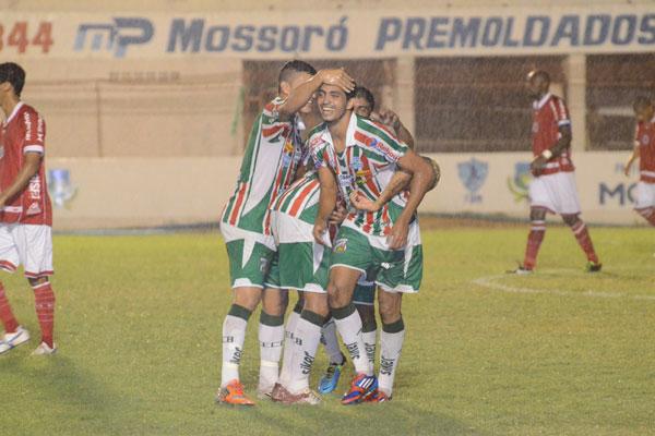 Kaká, festejado pelos companheiros do tricolor, demonstrou oportunismo e marcou dois gols no jogo
