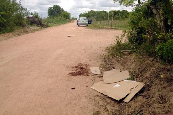 No local onde o crime aconteceu ainda é possível ver marcas de sangue