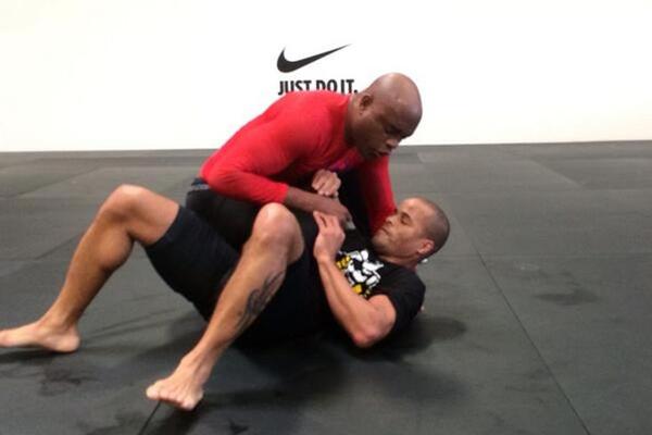 Anderson Silva postou foto de treinamento no Twitter e afirmou estar voltando para o octógono