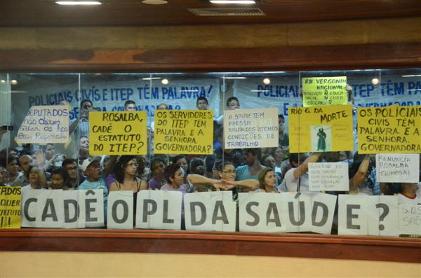 A governadora Rosalba Ciarlini enfrentou protestos de servidores de diversas áreas durante a leitura da mensagem anual na Assembleia Legislativa