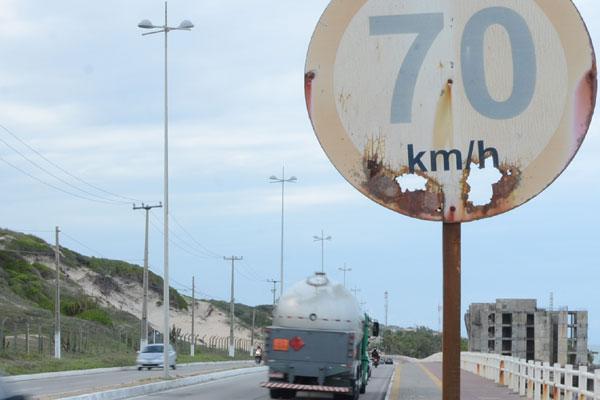 Ao longo da via, placas indicando o limite de 70K/h são ignoradas