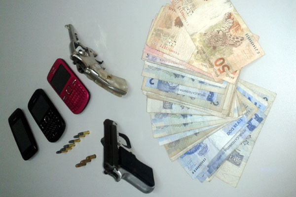 Material apreendido com os criminosos após o assalto