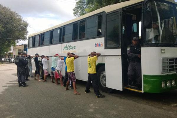 Ônibus que ia ao velório de Rivotril foi abordado pela PM. Pelo menos dois foram detidos