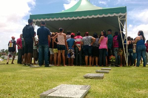 Muita gente foi ao cemitério em Extremoz para o sepultamento de Rivotril