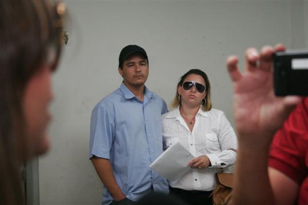 Tenente Iranildo Félix acompanhou a namorada Valéria Cortês na Delegacia de Macaíba, onde ela prestou depoimento hoje sobre a morte de Luiz de França