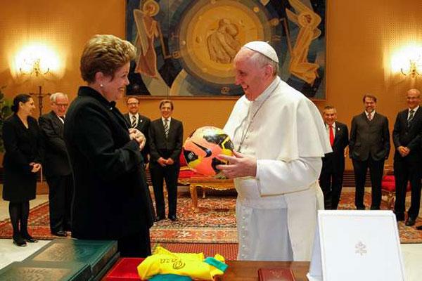 Presidente convidou Francisco e deu a ele uma bola autografada por Ronaldo