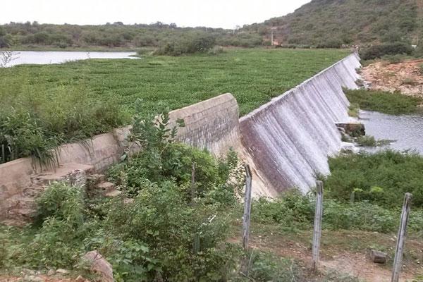 Com as últimas chuvas, a barragem Dinamarca, no município de Serra Negra do Norte, no Seridó, começou a sangrar ontem (21). Pequenos barreiros e açudes da região também receberam água