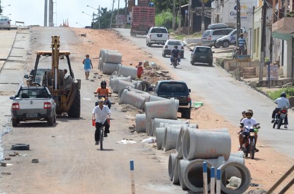 Na manhã desta terça-feira, materiais e equipamentos estavam parados no local das obras