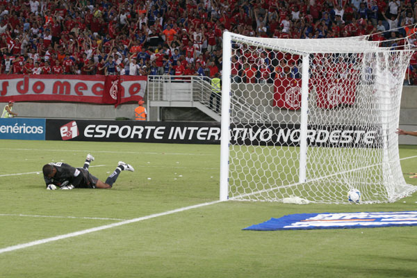 Goleiro adversário lamenta lance do gol de Rai, lateral esquerdo do america