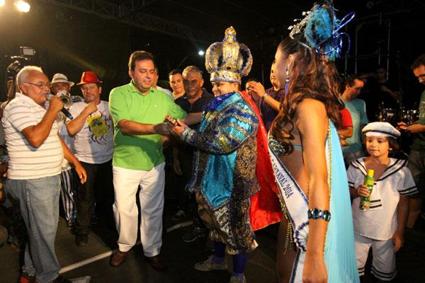 Carlos Eduardo entregou as chaves da cidade ao rei Momo e à rainha do carnaval