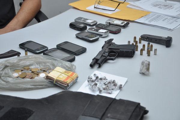 Denarc apreendeu além de armas, dinheiro, celulares e droga