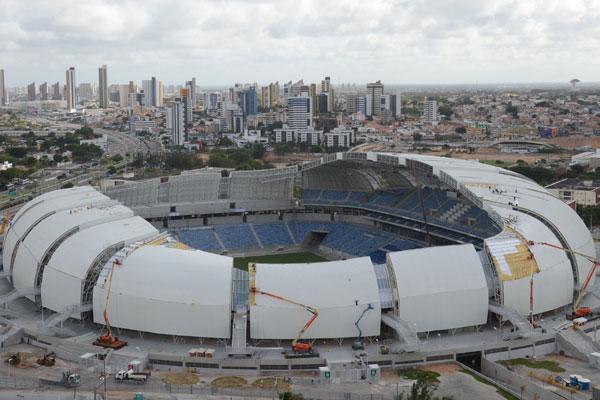 Internamente, Arena das Dunas recebe os últimos ajustes com a colocação de arquibancadas móveis. Na área externa do estádio, OAS conclui obras do estacionamento