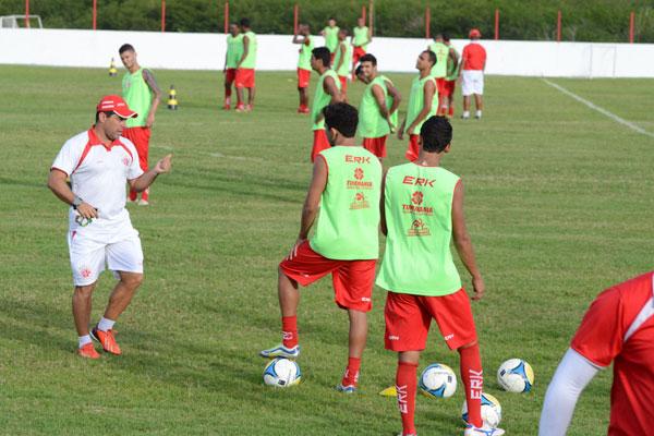 Mesmo sendo obrigado a mexer na equipe, Leandro Sena cobra um resultado positivo na partida