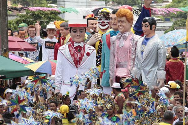 De cabelo loiro e cheio de colares, o 'Menino Rosado' foi criado por Sílvio Botelho para levar bandeira da diversidade ao Carnaval