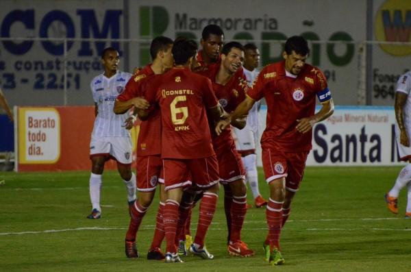 Márcio Passos comemora o seu gol diante do Potiguar